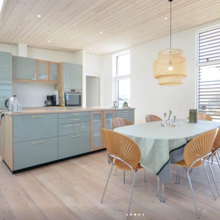 Eethoek voor de open keuken, grijsgroene kleuren in de keuken van het vakantiehuis
