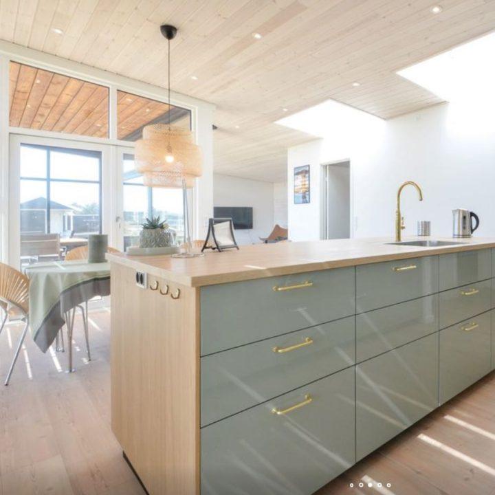 Moderne grijsgroene keuken in het vakantiehuis