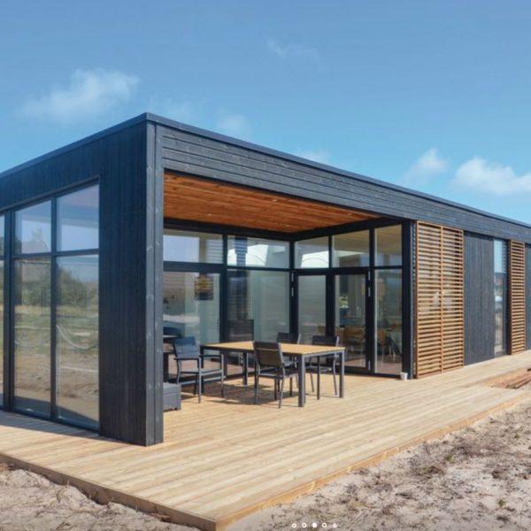 Strak houten vakantiehuis met veranda