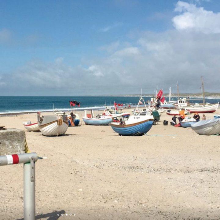 Strandje met vissersbootjes in de buurt van het vakantiehuis