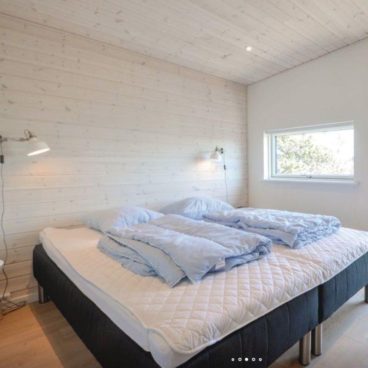 Tweepersoons slaapkamer met dekbedden erop