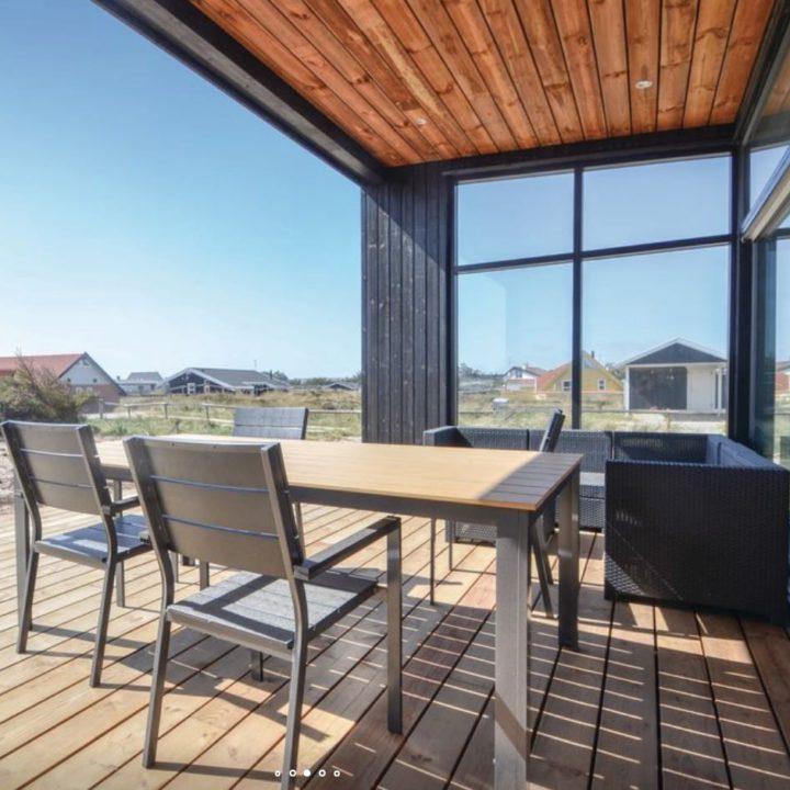 Tuintafel en loungehoek op houten vlonders