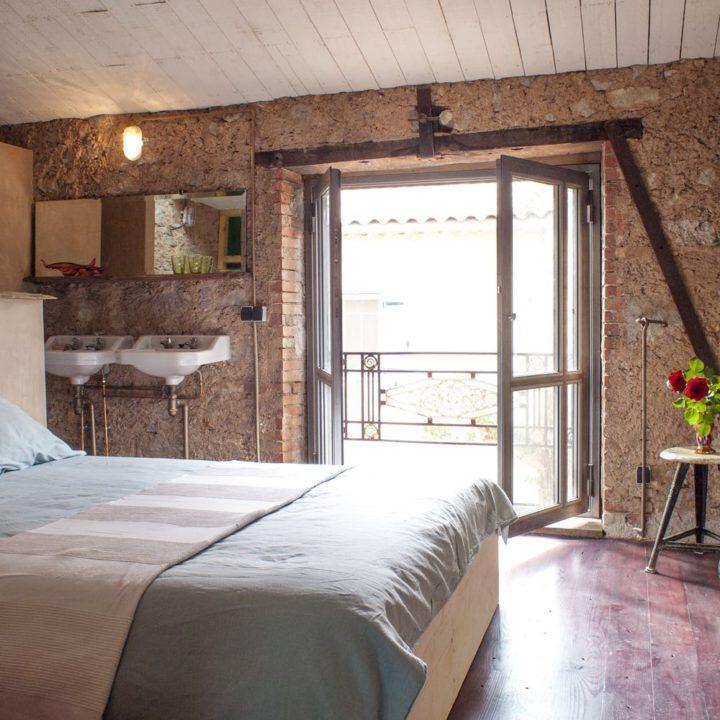 Slaapkamer met openslaande deuren in het vakantiehuis