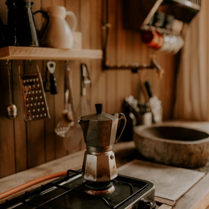 Keuken met koffiepotje op het fornuis