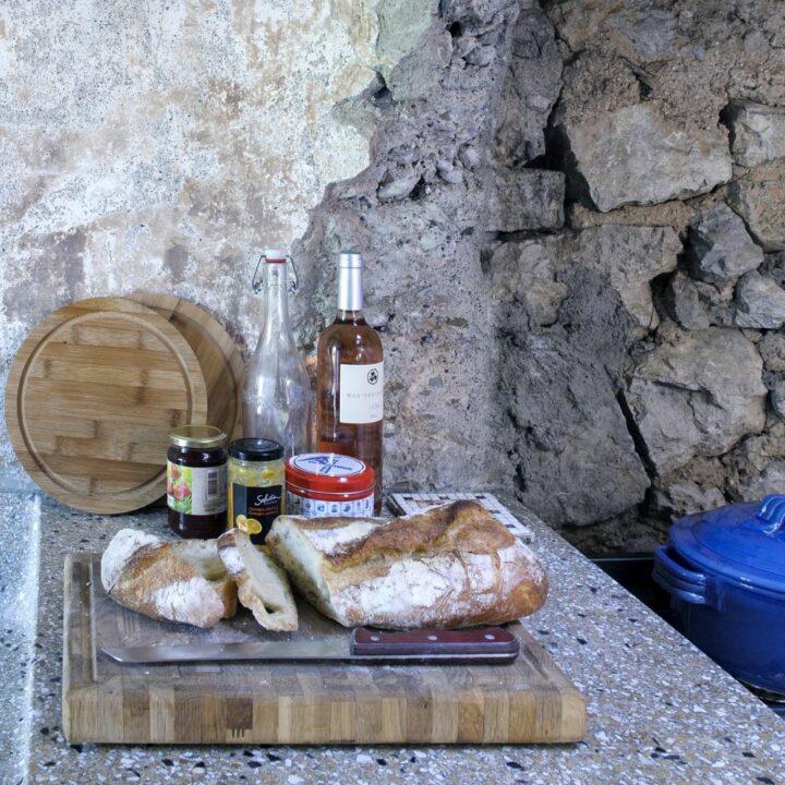 Plank met lekkers en wijn