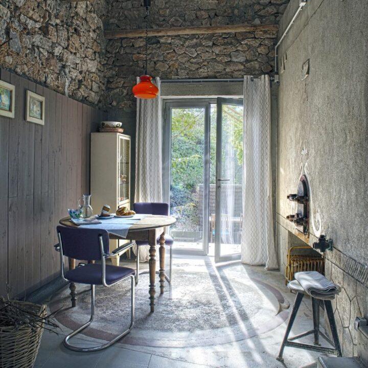 Eetkamer met openslaande tuindeuren