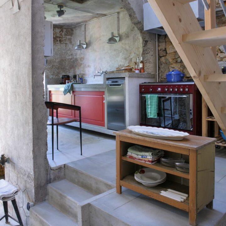 Keuken met betonnen aanrechtblad in het vakantiehuis