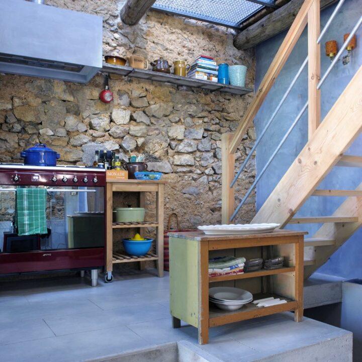 Zicht vanaf de vide op de keuken van het vakantiehuis