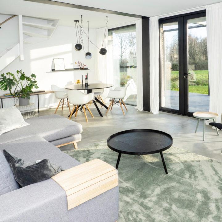 Ruime en lichte woonkamer in een vakantiehuis