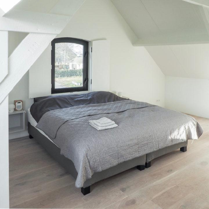 Opgemaakt bed in een vakantiehuis