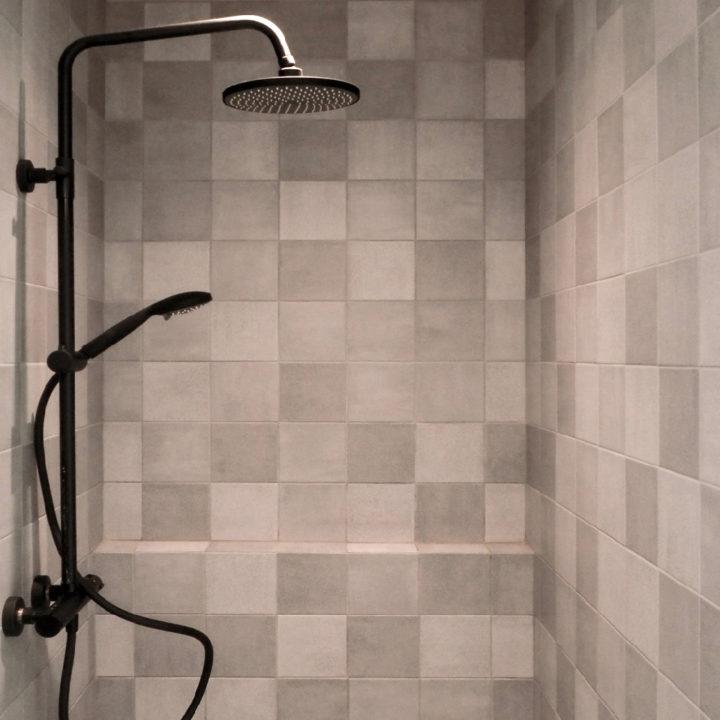 Badkamer met regendouche in een vakantiehuisje