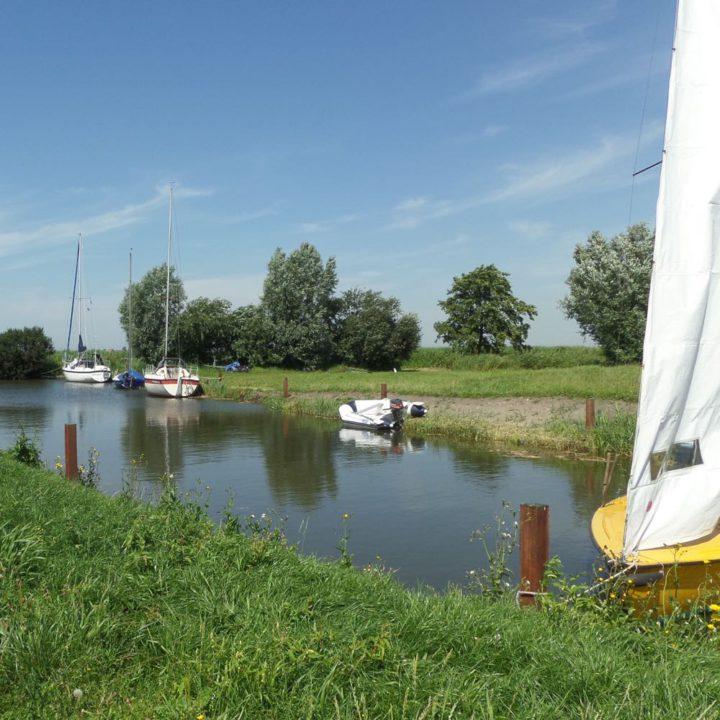 Vaart met zeilbootjes in Friesland