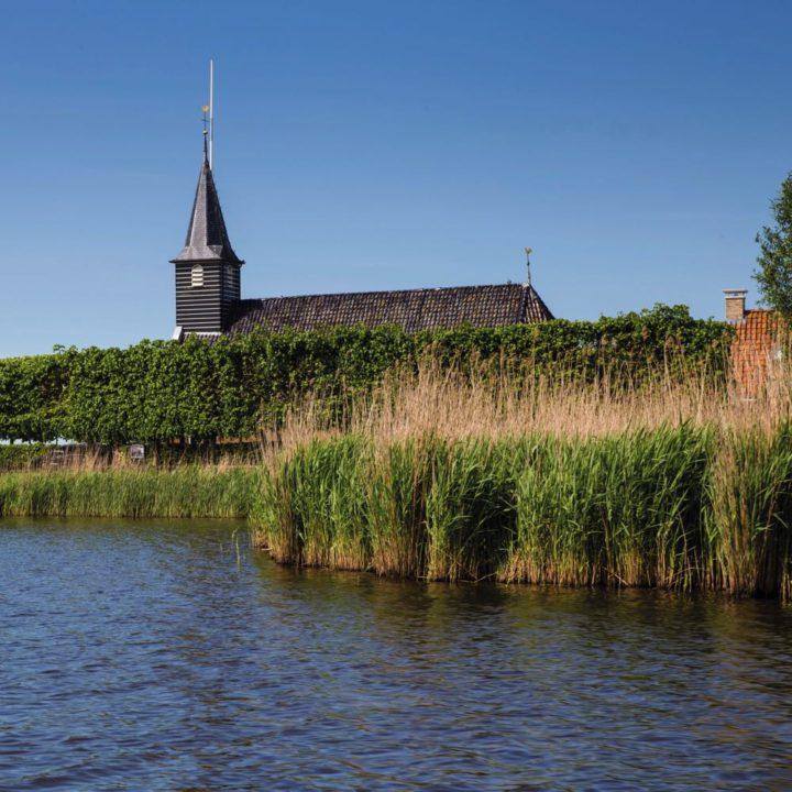 Kerkje in het dorpje Sandfirden