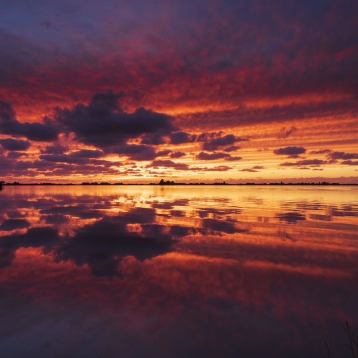 Ondergaande zon boven de Friese meren