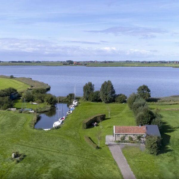 Vakantiehuis op een luchtfoto, aan de Friese meren