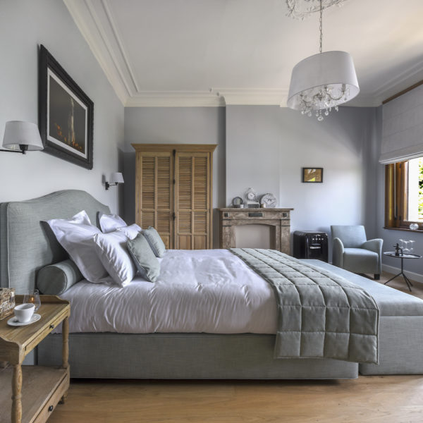 Luxe slaapkamer in landelijke stijl van een hotel in België