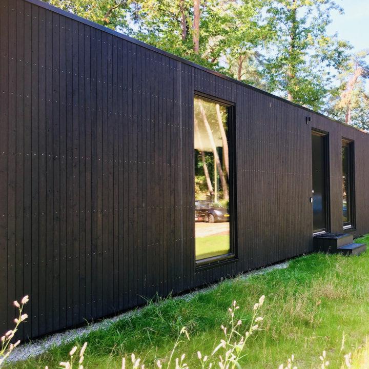 Zwart modern houten vakantiehuis