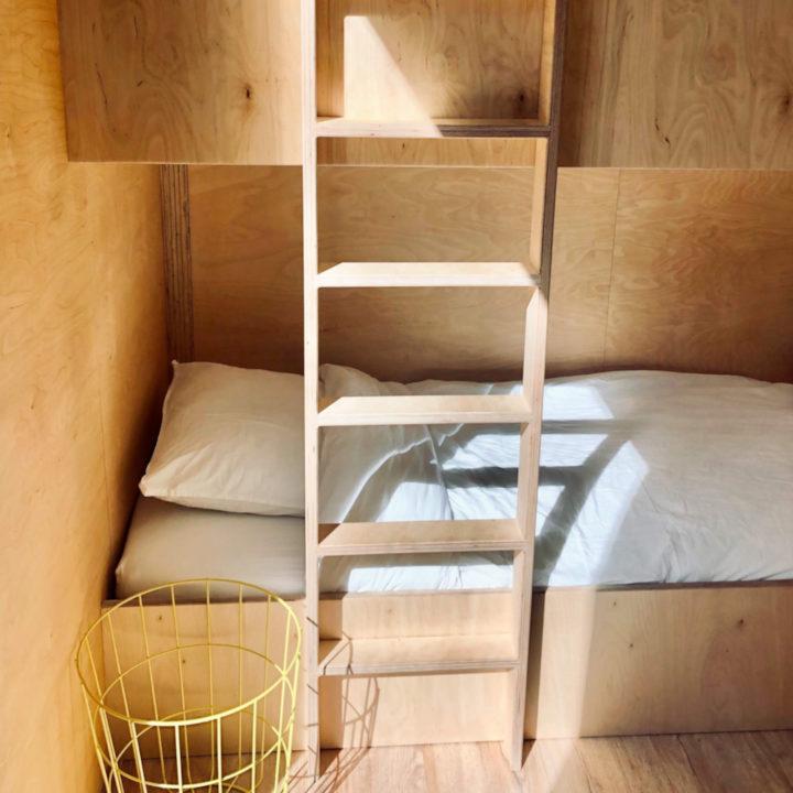 Hip houten stapelbed in een vakantiehuis in het bos