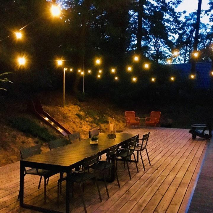 Zomeravond bij een vakantiehuis in het bos