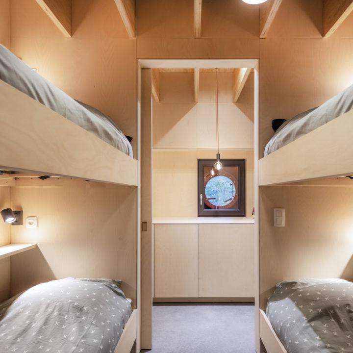 Slaapkamer met twee stapelbedden, aan boord van een schip