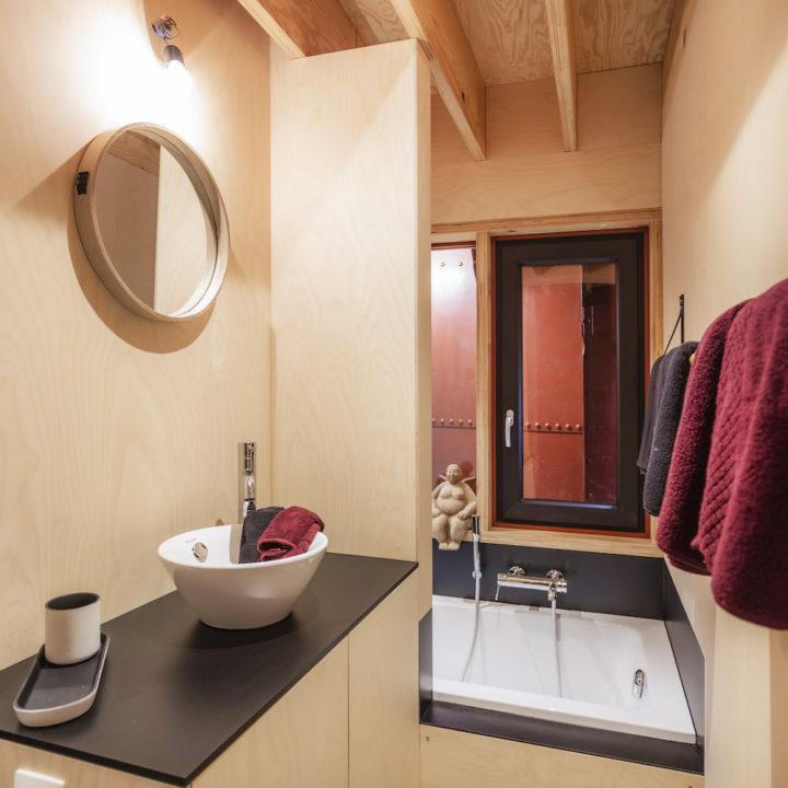 Badkamer met ligbad in een vakantiehuis aan boord van een schip