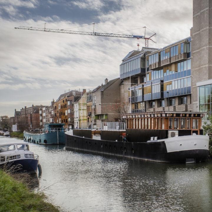 Omgebouwd vrachtschip in Gent