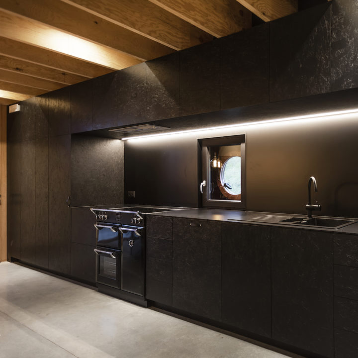 Moderne zwarte keuken aan boord van een vrachtschip