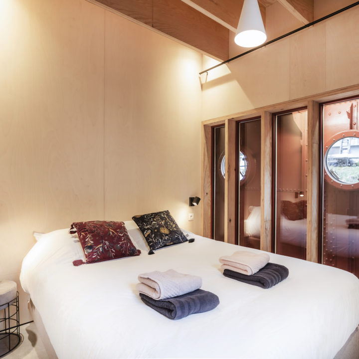 Slaapkamer aan boord van het vakantiehuis op een vrachtschip