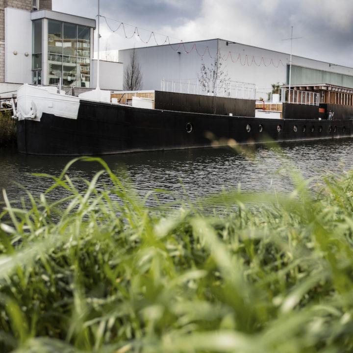 Tot vakantiehuis omgebouwd vrachtschip