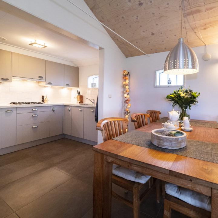 Eettafel en keuken in een vakantiehuis in Friesland