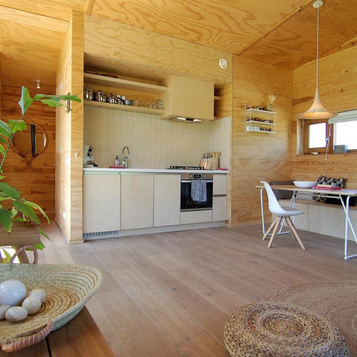 Keuken met zithoek in een vakantiehuis bij Amsterdam