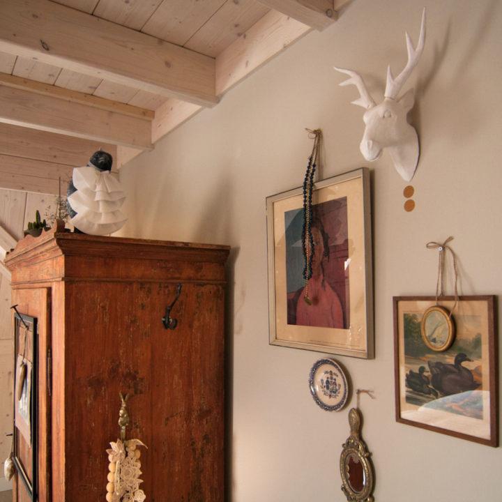 Brocante kast en schilderijen aan de muur