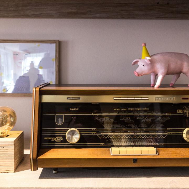 Vintage radio met roze varken erop