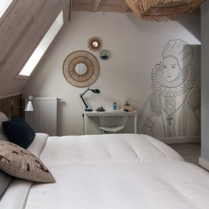 Hotelkamer met muurschildering