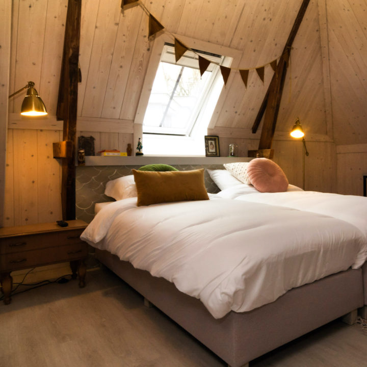 hotelkamer met vlaggetjes boven het bed