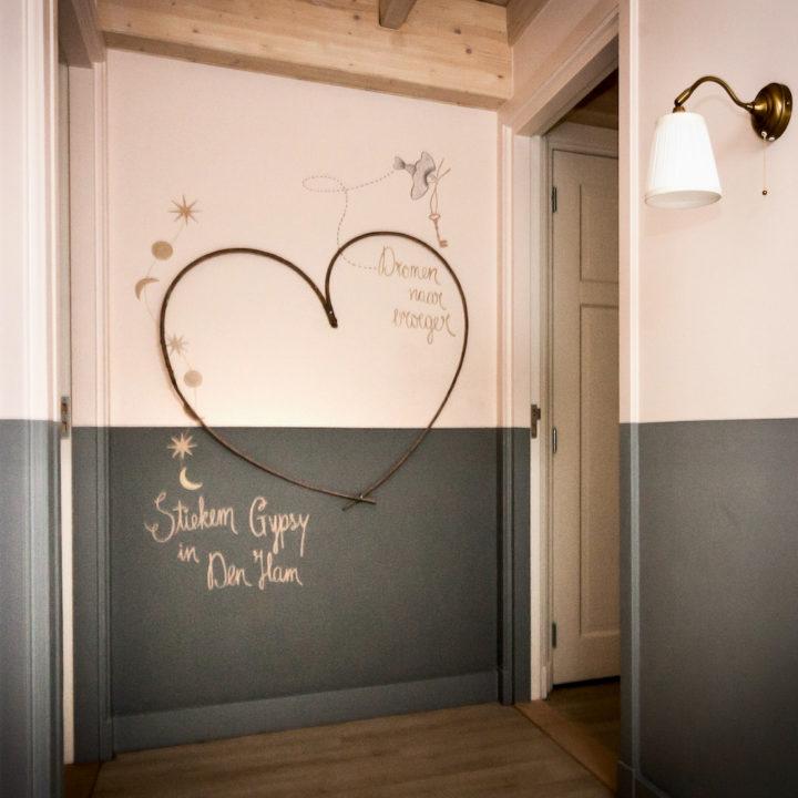 Overloop met muurschildering met groot hart