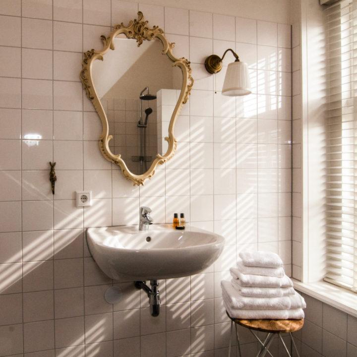 Badkamer met brocante spiegel in goudskleur