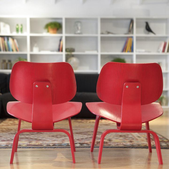 Rode stoelen in de lobby van hotel Mooirivier