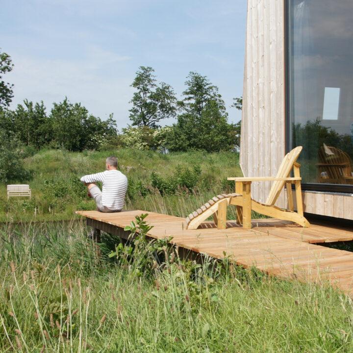 Duurzaam huisje in Friesland met terras aan het water
