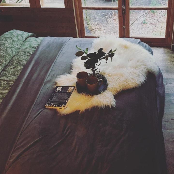 Opgemaakt bed in een luxe boomhut