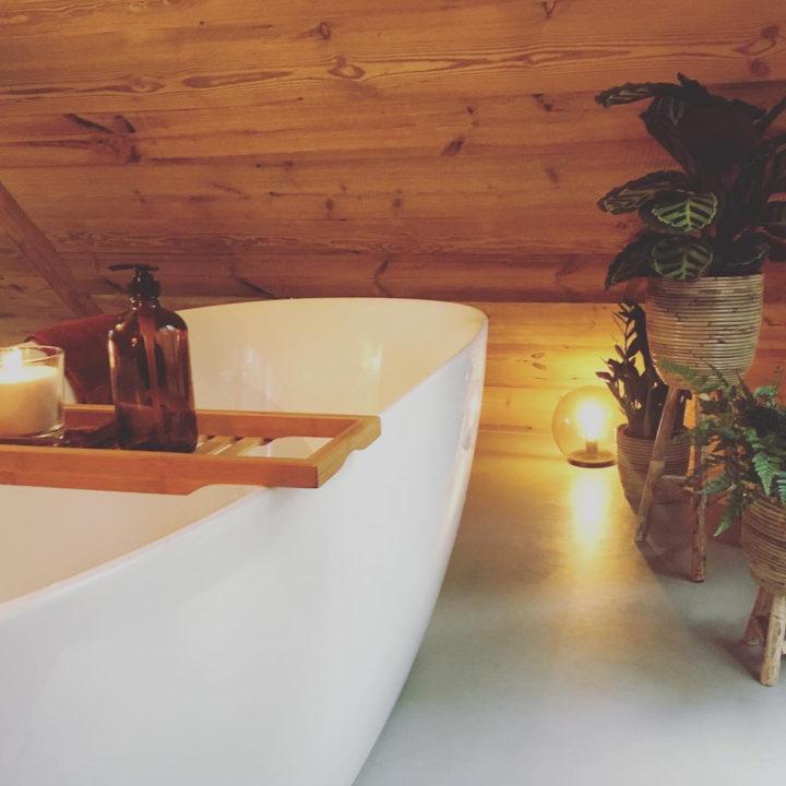 Vrijstaand bad in een van de luxe boomhutten