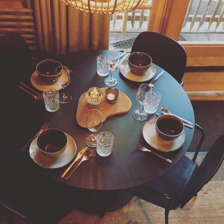 Gedekte tafel in een boomhut