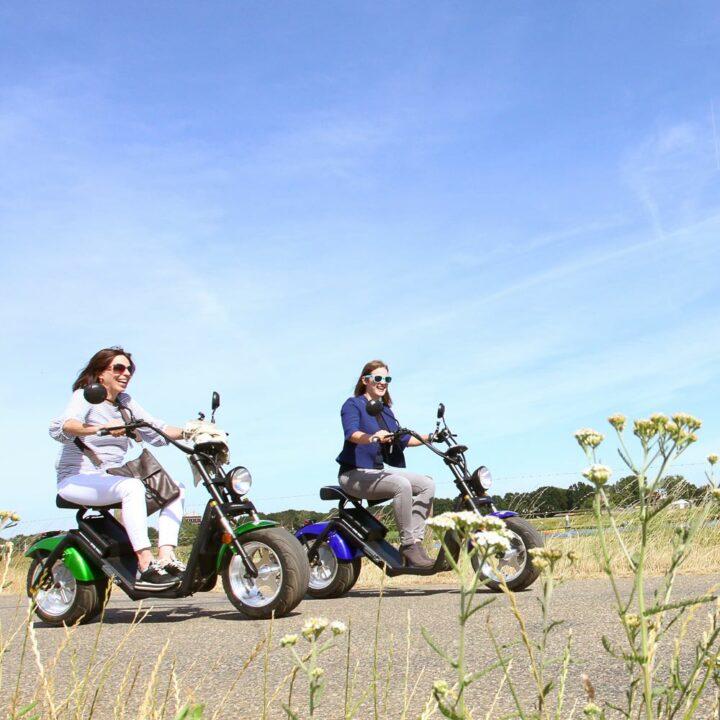 Twee dames toeren op een e-chopper