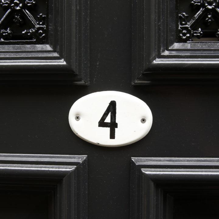 Zwarte deur met nummer vier