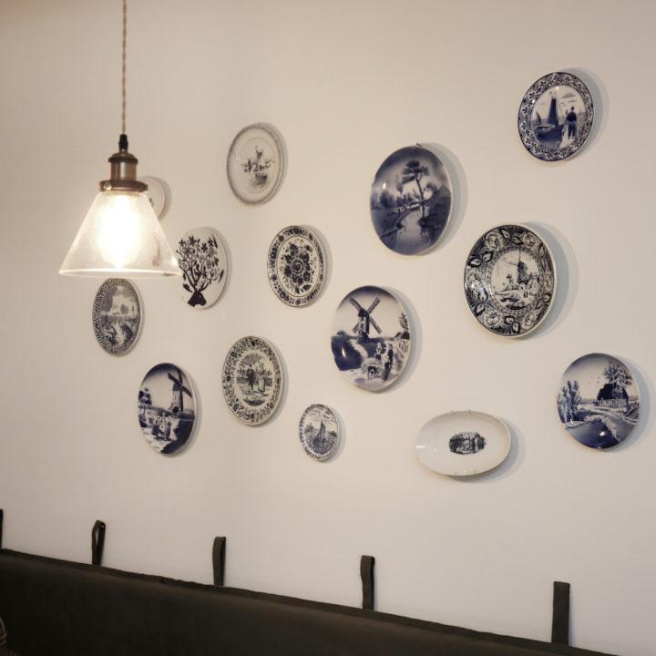 Delfts blauwe bordjes aan de muur van een vakantiehuisje