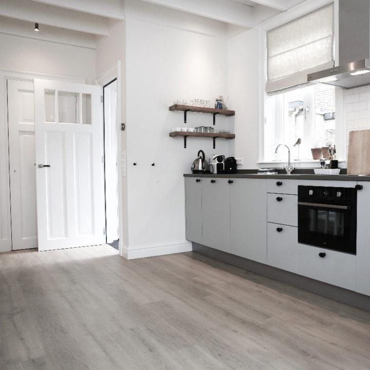 Ruime lichte keuken in een appartement, een plekje voor een weekendje weg