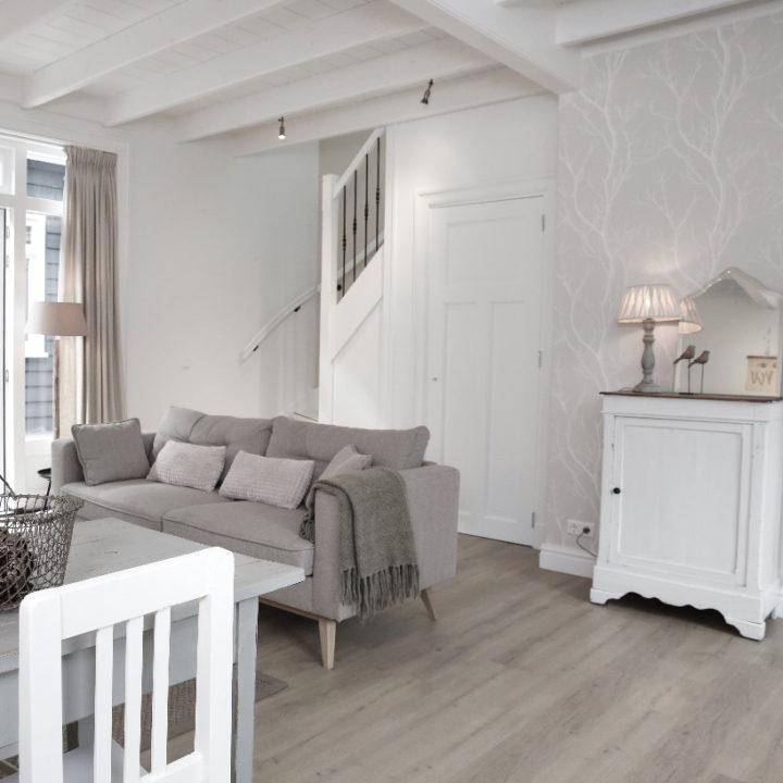Zitkamer in wit en naturel tinten in een appartement, voor een weekendje weg
