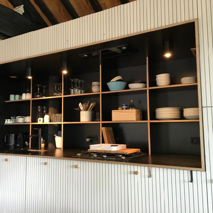 Keuken met zwarte, open kastjes in een vakantiehuis in de Ardennen