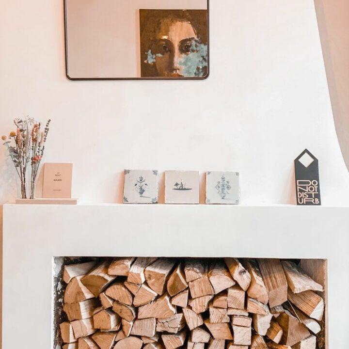 Stapel met hout in de schouw in het appartement