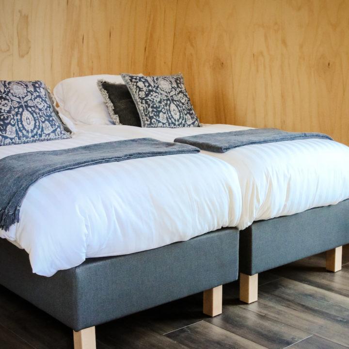 Comfortabel bed in compact vakantiehuisje